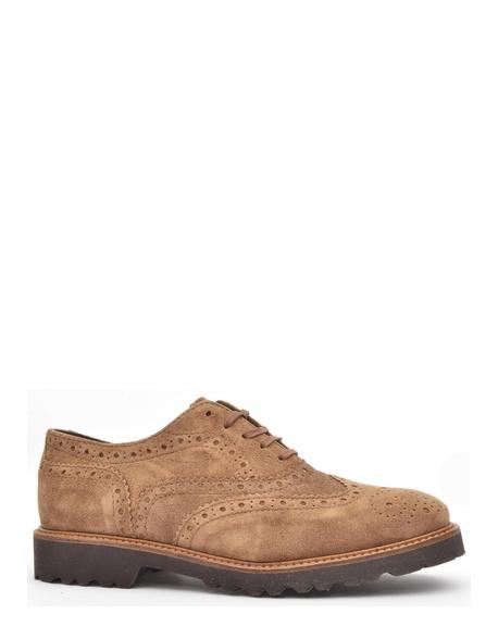 8a4a905f3a5 Zapato inglés fabricado en serraje con picados enla pala y trasera